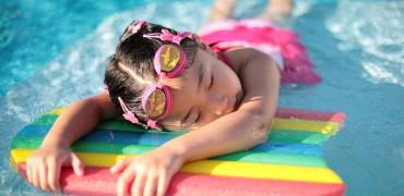 как научить ребенка плавать к лету